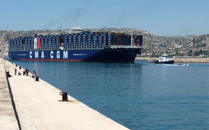 le porte conteneurs g 233 ant de la cma cgm le jules verne dans le port de marseille